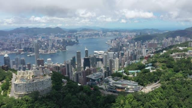 vídeos y material grabado en eventos de stock de hong kong icónica ciudad rascacielos de la ciudad abarrotado puerto de alta altura panorama china - pico victoria