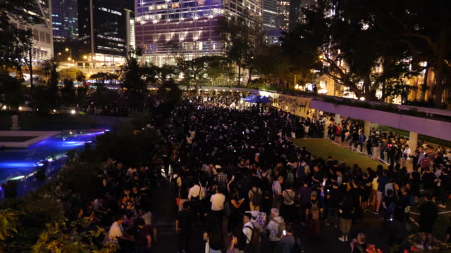 vídeos de stock, filmes e b-roll de hong kong mothers gathered in charter garden against the extradition bill 6000 people attended and many speakers were present - ilha de hong kong
