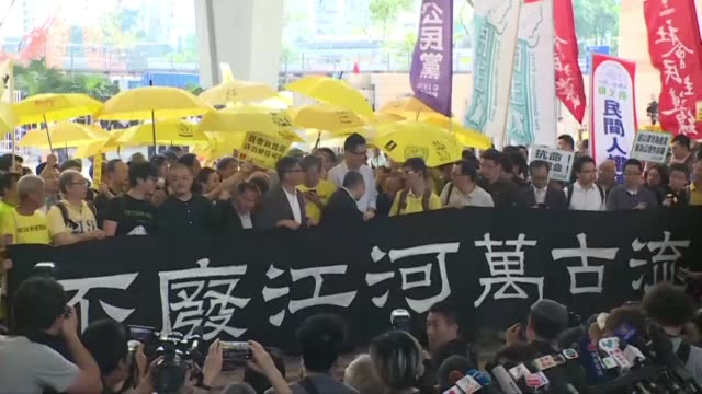 stockvideo's en b-roll-footage met hong kong occupy leaders arrive at court to receive sentencing after being convicted this month on public nuisance charges for their role in... - hong kong
