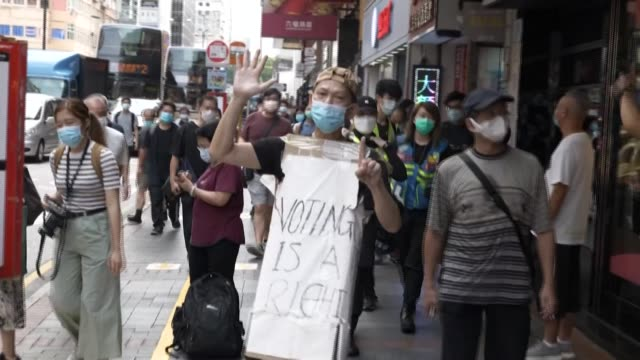 vídeos y material grabado en eventos de stock de hong kong police fire pepper balls to disperse angry protesters and residents as riot officers swoop on democracy protesters opposed to the... - manifestante