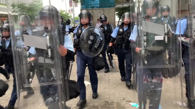 stockvideo's en b-roll-footage met hong kong police flood into the city centre to quell protests - hong kong