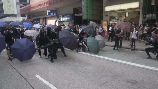 vídeos y material grabado en eventos de stock de police make 300 arrests as protesters demonstrate against new law against abusing the chinese national anthem; china: hong kong: ext pro-democracy... - manifestante