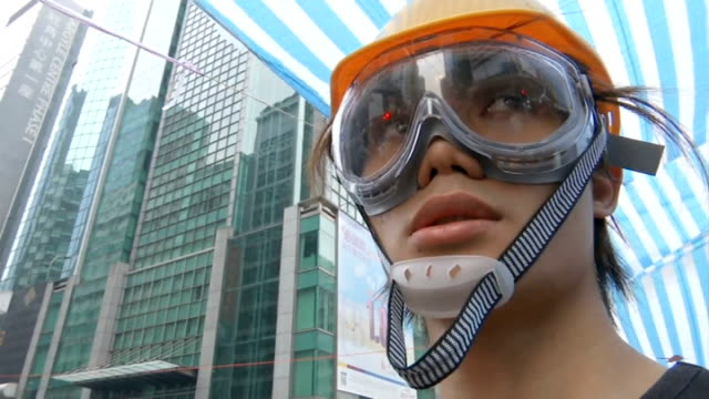 vidéos et rushes de prodemocrarcy demonstrators told to abandon their protests china hong kong mong kok ext prodemocrarcy protesters pulling away progovernment supporter... - mong kok