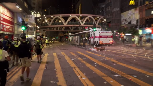 hong kong riot police attempting to clear the streets of protesters - 対決点の映像素材/bロール