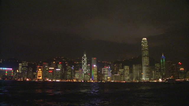 stockvideo's en b-roll-footage met ws, hong kong skyline at night, china - hongkong eiland