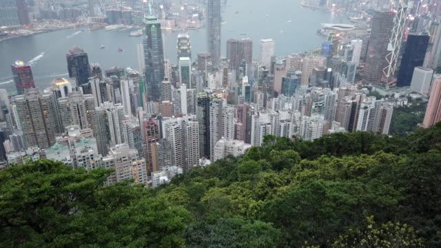 hong kong skyline bei sonnenuntergang vom peak - berg victoria peak stock-videos und b-roll-filmmaterial