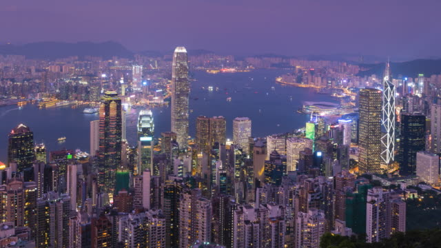 vidéos et rushes de hong kong skyline, day to night time lapse from victoria peak - victoria peak