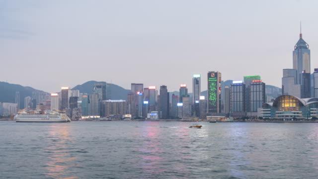 vidéos et rushes de crépuscule de skyline de hong kong au laps de temps de nuit - île de hong kong