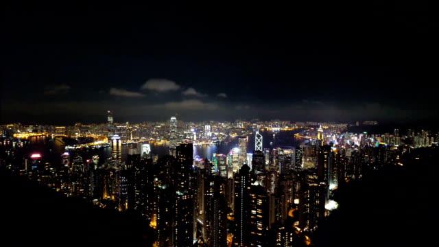 hong kong skyline vom victoria peak in der nacht - berg victoria peak stock-videos und b-roll-filmmaterial