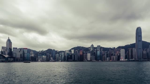 t/l pan hong kong skyline - berg victoria peak stock-videos und b-roll-filmmaterial