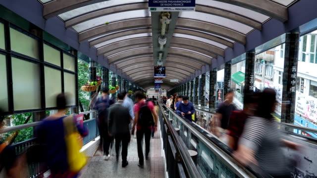 vídeos y material grabado en eventos de stock de hong kong, soho mid-level escalator and people passing by, daytime landscape - letrero de tienda