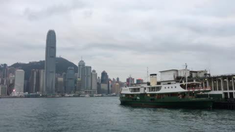 hong kong star ferry schwimmende am tst tsim sha tsui pier victoria harbour - star ferry stock-videos und b-roll-filmmaterial