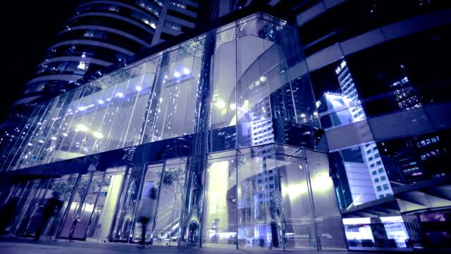 vidéos et rushes de rue de hong kong. vue extérieure de l'architecture moderne - des immeubles commerciaux, des centres commerciaux ou bureaux du siège - facade