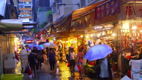 vídeos de stock, filmes e b-roll de hong kong streets at night - molhado