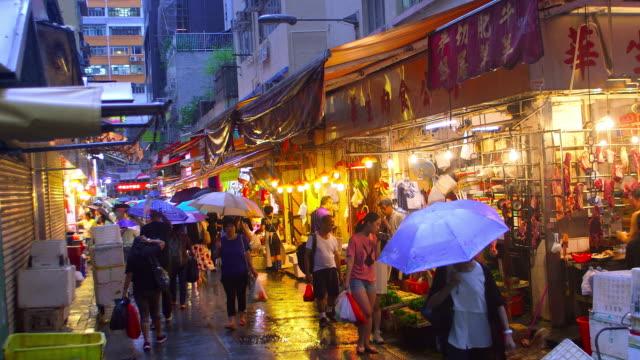 hong kong streets at night - blöt bildbanksvideor och videomaterial från bakom kulisserna