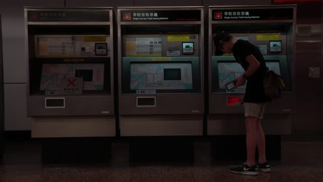 vídeos de stock, filmes e b-roll de hong kong ticket machine - ticket