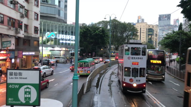 vídeos de stock e filmes b-roll de hong kong tram journey on rainy day - stop at tin hau lau sin street - linha do elétrico