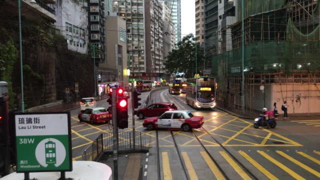 vídeos de stock e filmes b-roll de hong kong tram journey on rainy day - waiting for green light tin hau - linha do elétrico