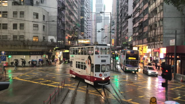 vídeos de stock e filmes b-roll de hong kong tram journey on rainy day - wan chai tram turning toward - linha do elétrico