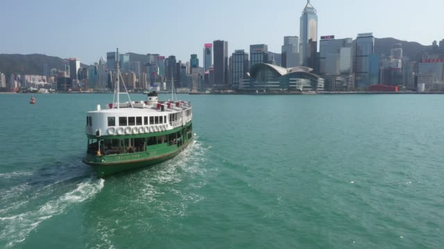 stockvideo's en b-roll-footage met de havenhorizon van victoria van hong kong en veerboot - star ferry