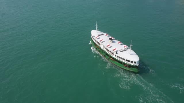 vídeos de stock, filmes e b-roll de horizonte e balsa do porto de hong kong - kowloon