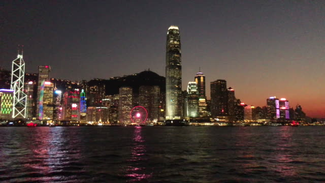 stockvideo's en b-roll-footage met hong kong victoria harbour in de schemering - ferry