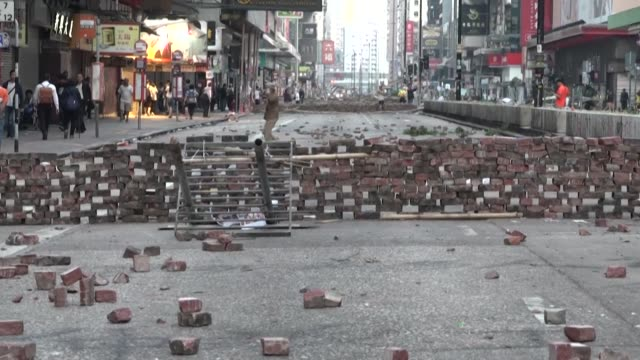 vídeos de stock e filmes b-roll de hong kongs major shopping street nathan road is strewn with rubble and barricades following a third day of fierce protests - major road