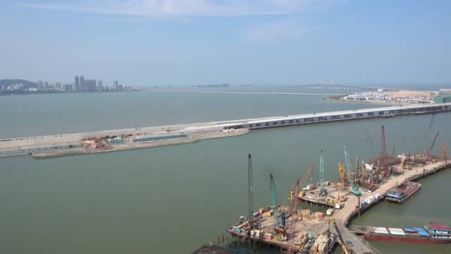 vídeos de stock e filmes b-roll de hong kong–zhuhai–macau bridge under construction - macau