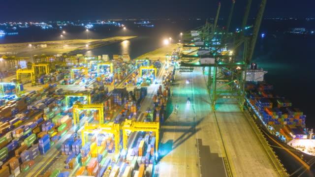 夜のコンテナターミナルとストーンカッターズブリッジでの香港空中ドローンハイパータイムラプス - ポートワイン点の映像素材/bロール