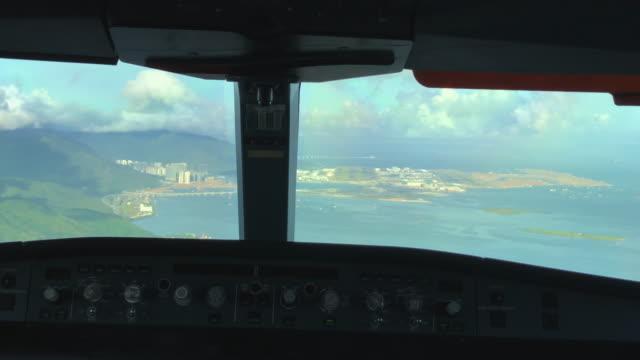 香港国際空港、アプローチと着陸(povショット)タイムラプス - 香港国際空港点の映像素材/bロール