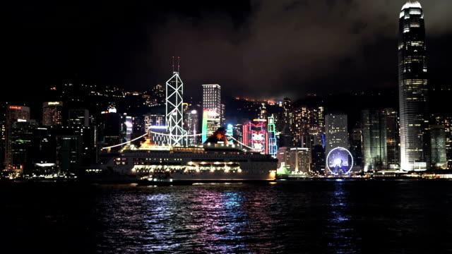 vídeos de stock, filmes e b-roll de horizonte de hong kong com navio de cruzeiro - ilha de hong kong