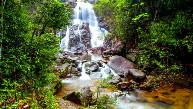 Hongxi Wasserfälle in der urzeitlichen Regenwald