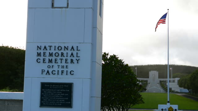 stockvideo's en b-roll-footage met honolulu hawaii punchbowl crater national memorial cemetery of pacific, cemetery of war dead heroes entrance - gedenkteken