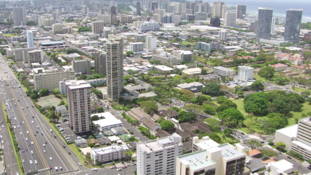 vídeos y material grabado en eventos de stock de ws aerial tu honolulu highway and cityscape / hawaii, united states - honolulu