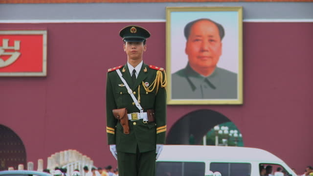 stockvideo's en b-roll-footage met ms honor guard in front of painting of mao zedong in tiananmen square / beijing, china - communisme