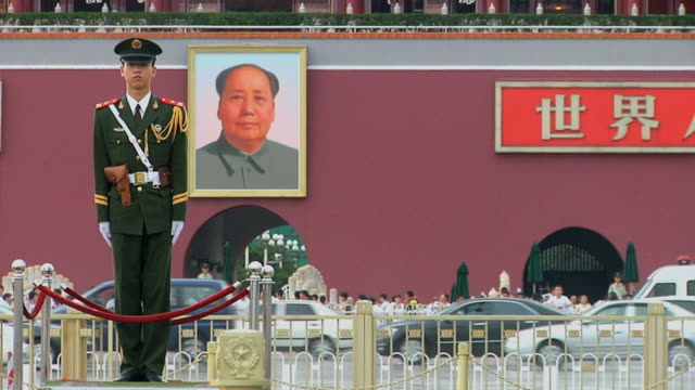 stockvideo's en b-roll-footage met ws honor guard in front of painting of mao zedong in tiananmen square / beijing, china - plein van de hemelse vrede