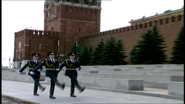 honor guard marching in red square - 赤の広場点の映像素材/bロール