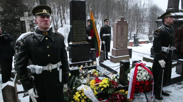 vídeos de stock e filmes b-roll de honor guard members stand at the grave of lithuanian national revival activist jonas basanavicius following a state ceremony at rasos cemetery during... - centenário
