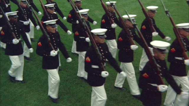 vídeos de stock e filmes b-roll de 1967 ms ha honor guard of marines marching through lawn - fuzileiro naval