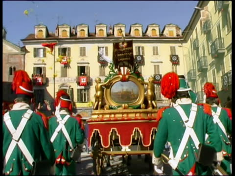 ws pov honor guards walking aside horse carriage / ivrea, torino, italy / audio - フロート車点の映像素材/bロール