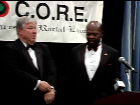 stockvideo's en b-roll-footage met honorable haley barbour, governor of mississippi and roy innis, national chairman of core at the 22nd annual martin luther king ambassadorial... - voorzitter