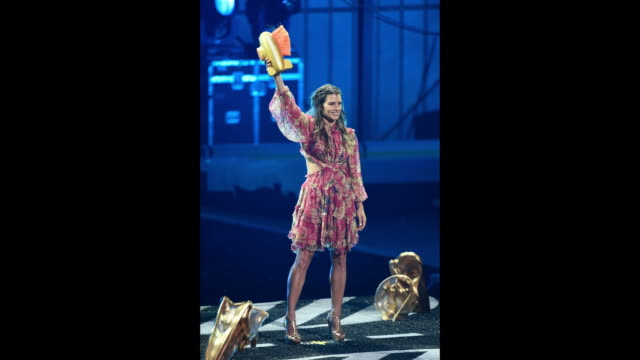 vídeos de stock, filmes e b-roll de honoree danica patrick is 'slimed' while accepting the legend award onstage during the nickelodeon kids' choice sports 2018 at barker hangar on july... - pegajoso