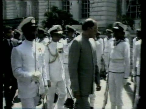 honour guard soldier attacks prime minister rajiv gandhi sri lanka; 1987 - 月経前緊張症候群点の映像素材/bロール