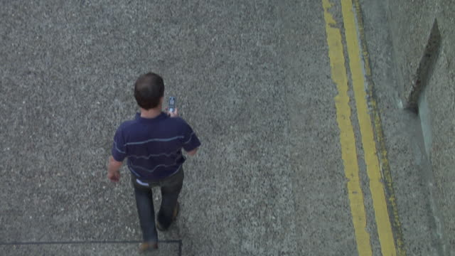 stockvideo's en b-roll-footage met ha ws hooded boy stealing cell phone from man walking past / london, england - steel