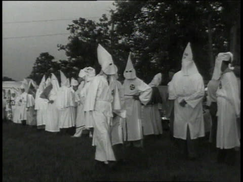 vidéos et rushes de montage hooded kkk members gathering in a field in georgia / united states - 1949