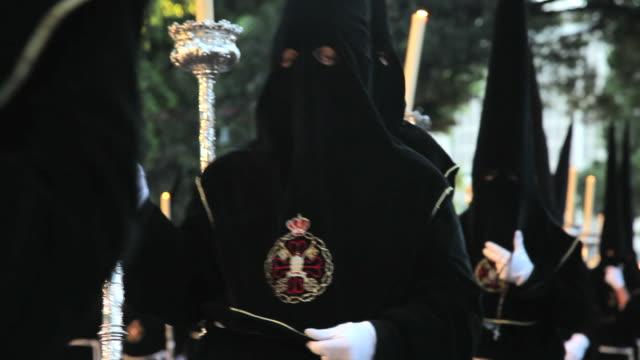 vídeos y material grabado en eventos de stock de hooded nazarenos parade during the celebration of semana santa a holy week in malaga spain, europe - semana santa