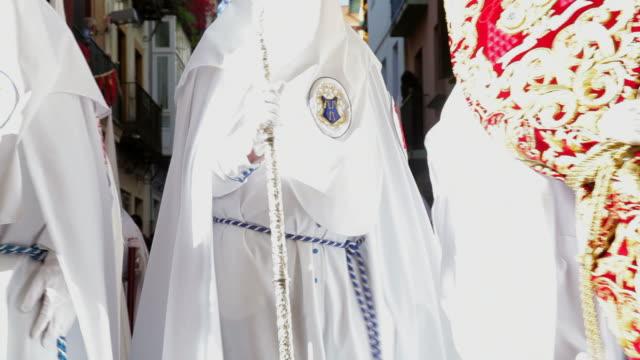 vídeos y material grabado en eventos de stock de hooded nazarenos parade during the celebration of semana santa a holy week in malaga, spain, europe - semana santa