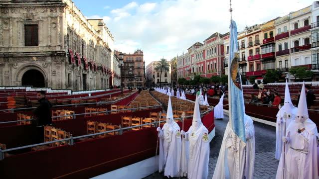 vídeos y material grabado en eventos de stock de hooded nazarenos preparing to parade during the celebration of semana santa a holy week in malaga spain, europe - semana santa