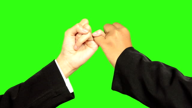 stockvideo's en b-roll-footage met hook each other's little finger with green screen background - keyable