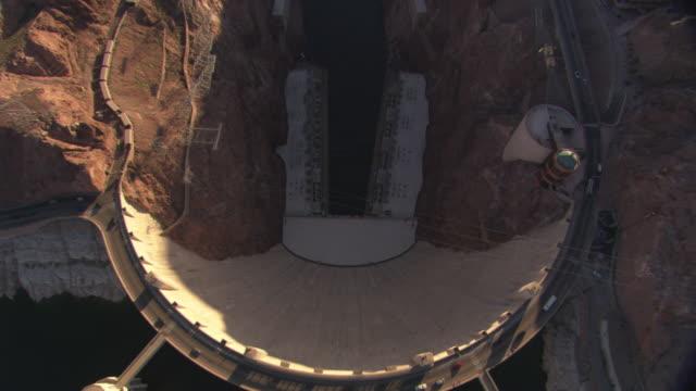 vídeos de stock, filmes e b-roll de hoover dam forms part of a natural canyon in nevada. - represa hoover